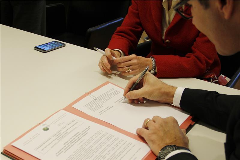 die-unterzeichnung-des-uebergabeprotokolls-foto-lpa-mb