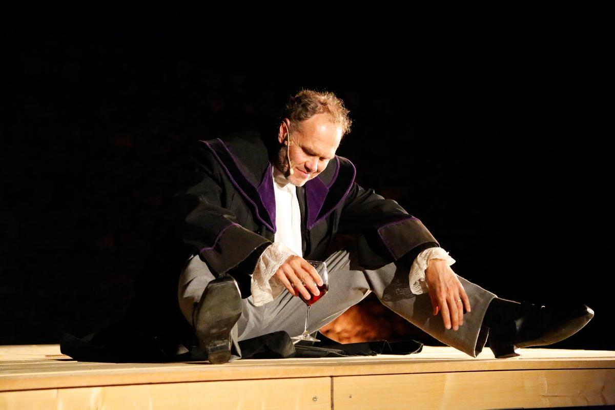 Thomas Lackner als Richter Foto Riki Gelf