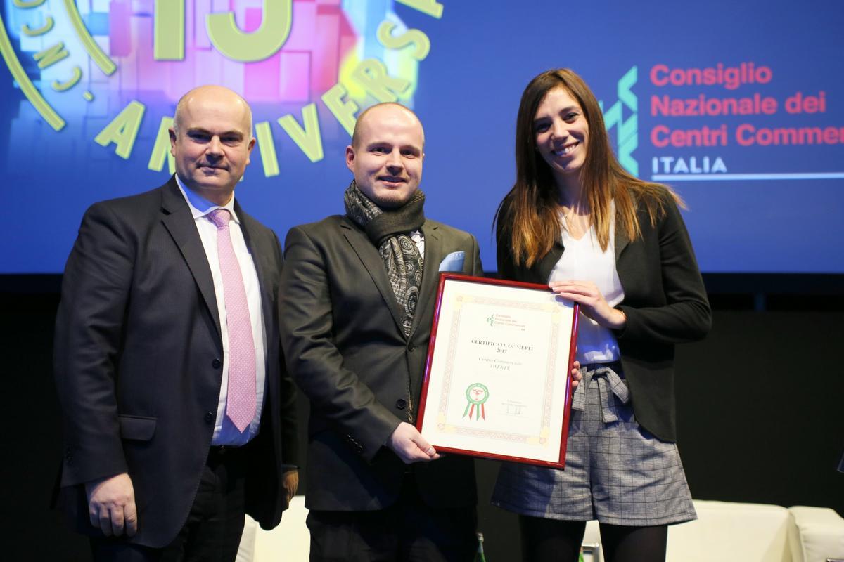 Twenty gewinnt Award vnlr CNCC Praesident Massimo Moretti Twenty Marketingleiter Michael Frei Eventmanagerin Marilise Di Domenico