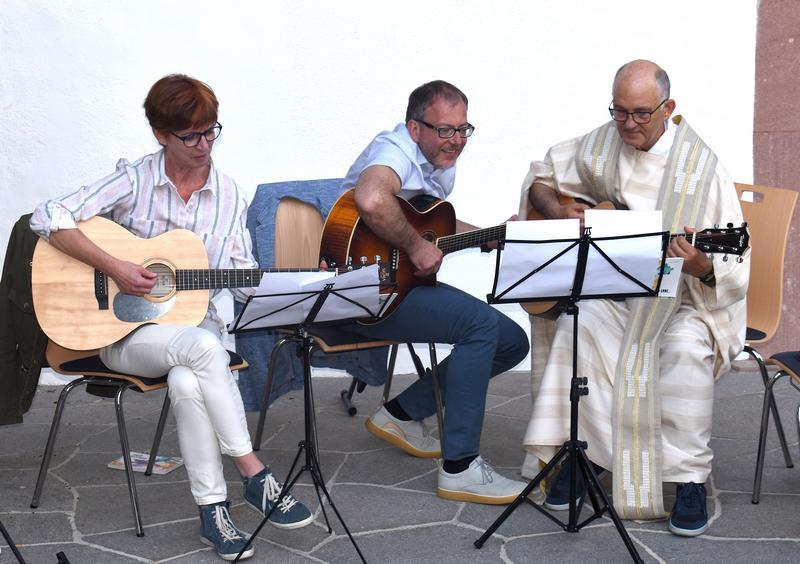Gemeinsames Gitarrenspiel von links Elke Albertini Direktor Elmar Vigl Geistlicher Assistent Toni Fiung