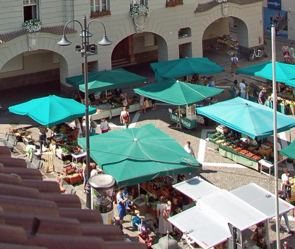 Mercato piazza Municipio Bolzano Markt am Rathausplatz Bozen