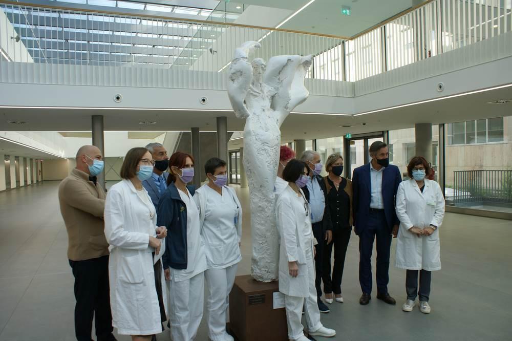 Sanitaetspersonal bei der Uebergabe der Engels Skulptur
