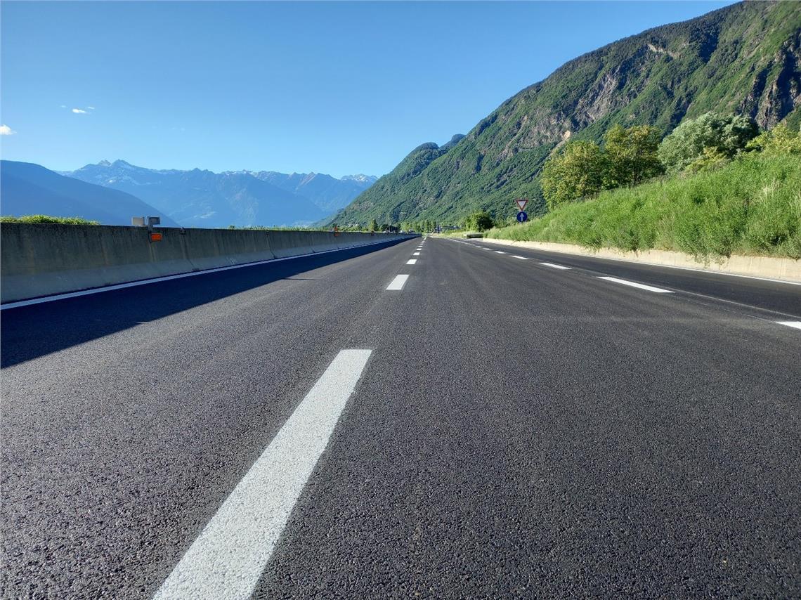 Die Nordspur der Schnellstraße MeBo bei Terlan und Nals ist wieder befahrbar. Der Abschnitt wurde saniert und mit einer neuen Asphaltdeckschicht versehen, die haltbarer und lärmmindernd ist.