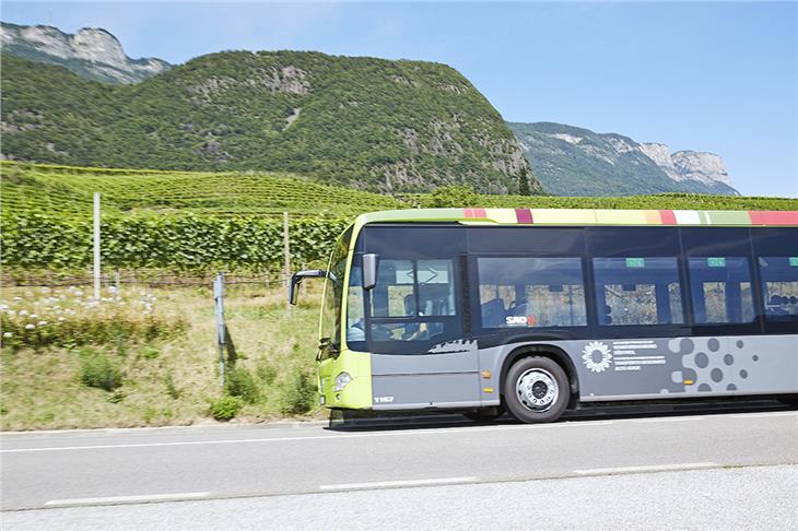 In diesen Tagen startet entlang der Metrobus-Route im Überetsch die Testphase für die neuen Ampelsysteme. LR Alfreider appelliert an die Verkehrsteilnehmer, besonders aufmerksam zu sein.