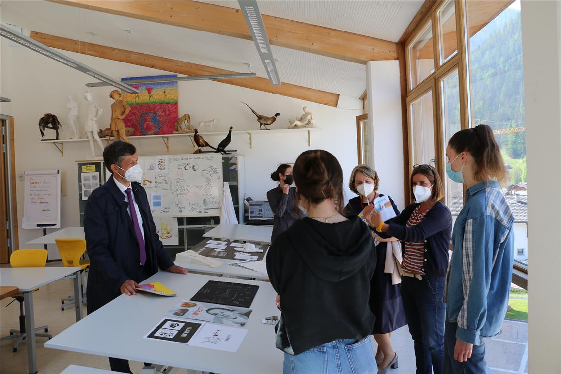 In der Mittelschule, im Kunstgymnasium und in der Berufsschule für Kunsthandwerk sowie in der Wirtschaftsfachoberschule in St. Ulrich war LR Alfreider heute (3. Juni 2021) auf Stippvisite.